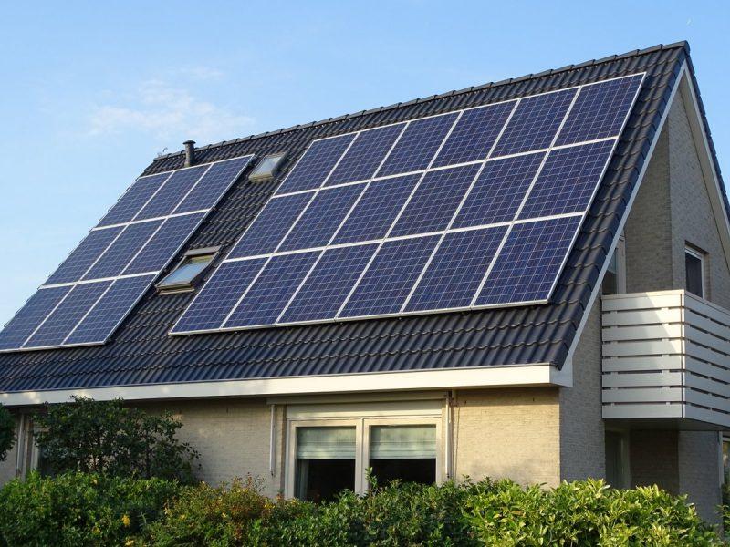 Dakcoating met zonnepanelen op dak in Naaldwijk